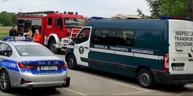 Na zdjęciu pojazdy służb kontrolnych.